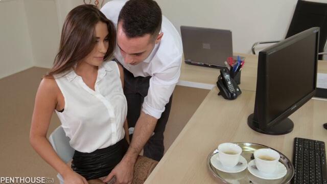 Ofisteki Seksi Baristayı Öğlen Molasında Masaya Yatırıp Operasyon Çekti